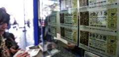 Una mujer compra varios décimos en una administración valenciana.