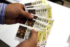 Un lotero de Manises muestra el número 00155