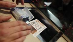 Una persona compra un décimo de Lotería.