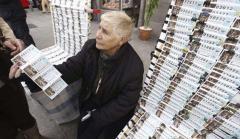 Una mujer vende décimos de la Lotería de Navidad.