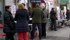 La gente hace cola para comprar Lotería.